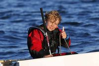 Tom Goron bat à 12 ans le record de traversée de la Manche en solitaire en Optimist