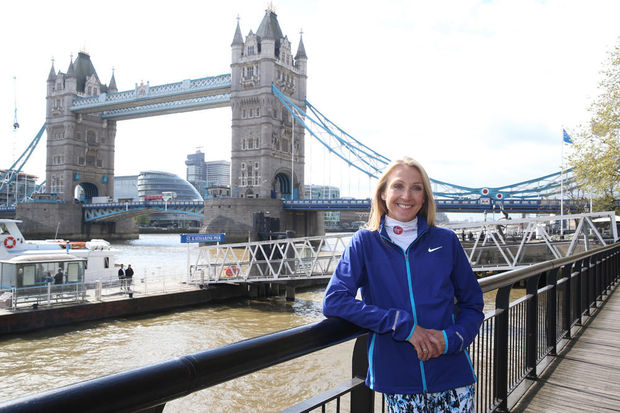 Paula Radcliffe, devant le Tower Bridge à Londres, à quelques jours du Virgin Money London Marathon.